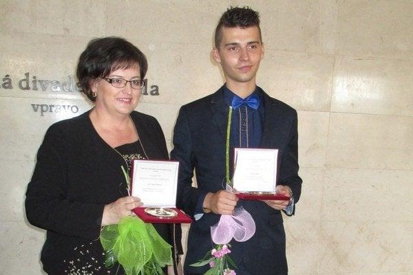 Ocenený Patrik Hnát zo Spojenej školy Svidník spolu so svojou učiteľkou Janou Drábovou.