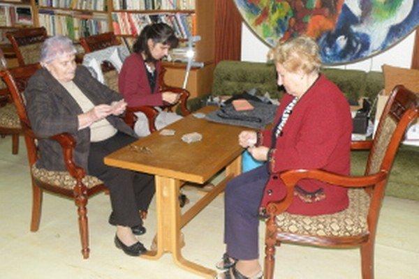 Seniorov bavia aj spoločenské hry.