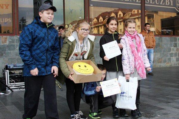 Víťazné družstvo zo ZŠ Pod Vinbargom. Okrem torty si odnieslo aj diplomy a vecné ceny.