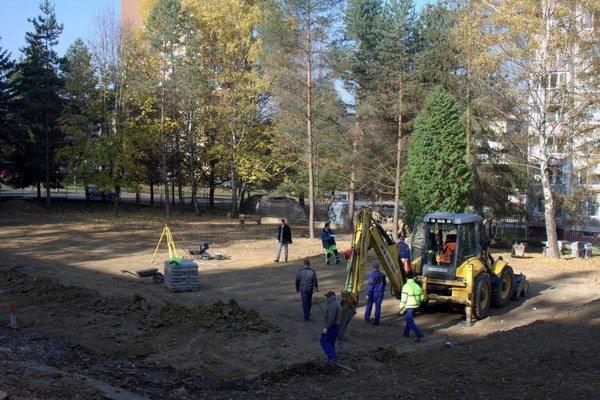 Práce na novom ihrisku pre školákov aj verejnosť. Začali minulý týždeň, hotovo by malo byť do konca novembra.
