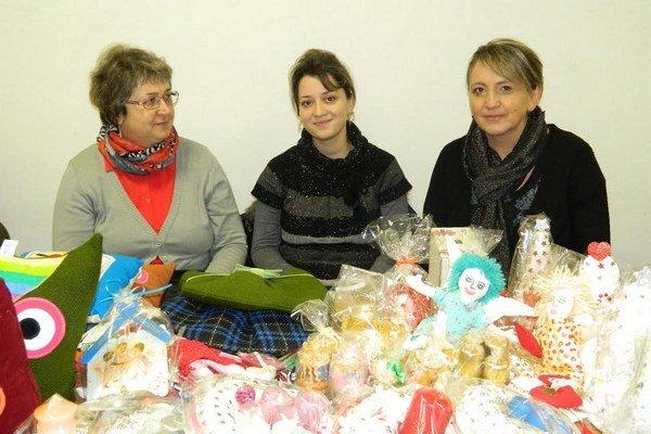 Šéfka charity vo Svidníku Helena Paňková (vpravo) získala ocenenie na celoslovenskom stretnutí charít.