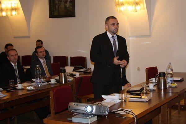 Schvaľovanie zmeny VZN. Predseda komisie Juraj Bochňa k nej mal výhrady.