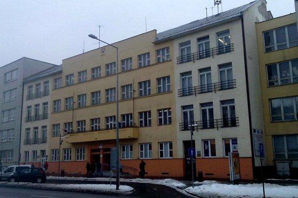 Okresný úrad. Na prvom poschodí má už aj právne centrum.