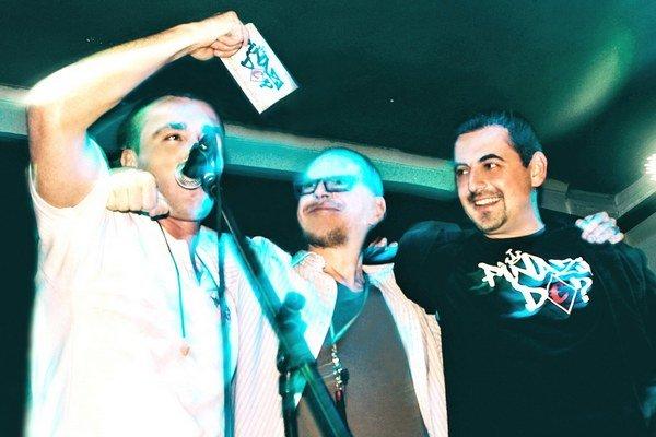 Album kapely Piňazi de? Krstný otec cédečka je Ján Hirčko (vpravo).