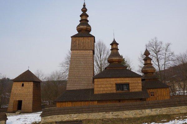 Areál. Z juhu sa otvára pohľad aj na zvonicu.