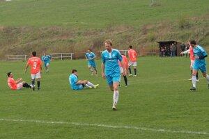 Z výhry sa radovali hráči Svitu (v modrom). Raslavice nenadviazali na gólový koncert zminulého kola.