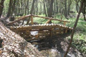 Potok vKečkovciach pri Svidníku. Veľká drevená hrádzka, jedna zdesiatok vpovodí.