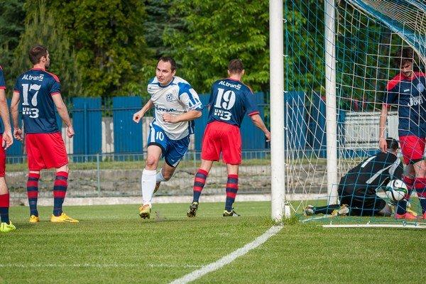 Giraltovce zdolali Pušovce 3:1. Dvoma gólmi sa oto to pričinil L. Vojta (vľavo), ktorý takto otváral skóre zápasu.