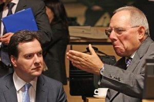 Britský minister financií George Osborne (vľavo) a jeho nemecký rezortný kolega Wolfgang Schäuble počas stretnutia ministrov financií eurozóny.