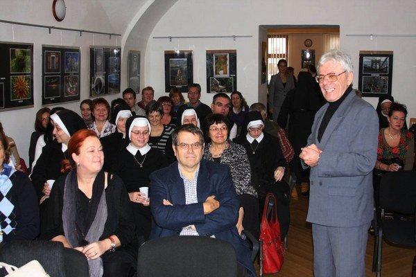 O hospicoch v Poľsko-slovenskom dome. Diskutovalo početné auditórium.