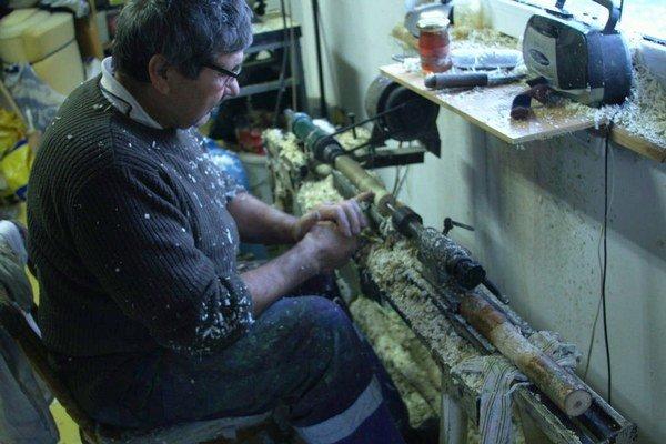Točenie píšťalky. Na elektrickej točovke sa drevo opracuje rôznymi nožmi.