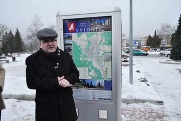 Hovoriaca mapa v centre Svidníka. Pri inštalácii mapy nechýbal primátor Svidníka Ján Holodňák.