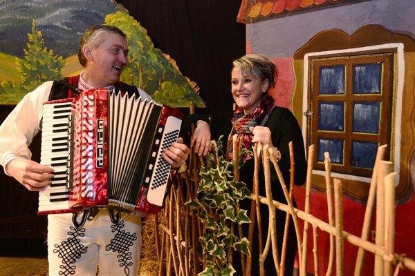 Na skúške FS Kurimjan terajšia režisérka ochotníkov Dana Lastivková a vľavo harmonikár Valentín Repka, ktorý hrá aj na kostolnom organe.