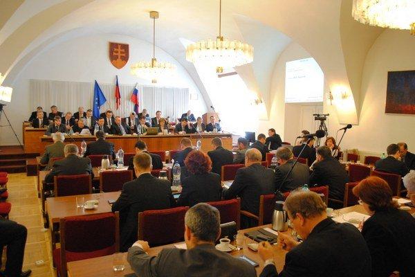 Poslanci schválili výsledok rozpočtu 2013. Mesto prebytok prerozdelí do fondov.