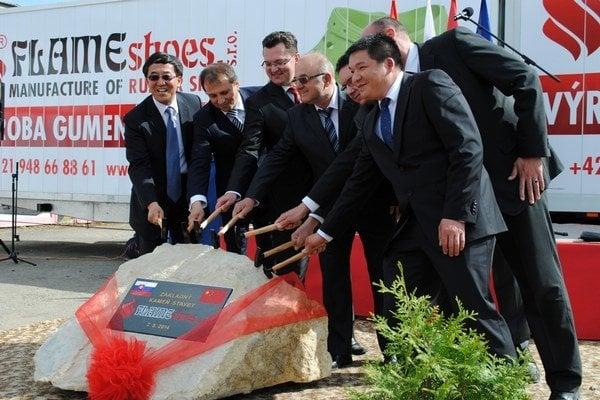 Poklepali základný kameň novej fabriky. Veľvyslanec, štátni úradníci, poslanci a majiteľ.