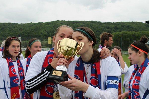 Vľavo brakárka Kuľková, vpravo kapitánka Hovancová.