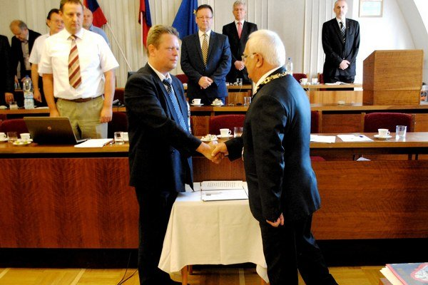 Milan Benka je novým poslancom. Po zložení sľubu prijal gratuláciu primátora.