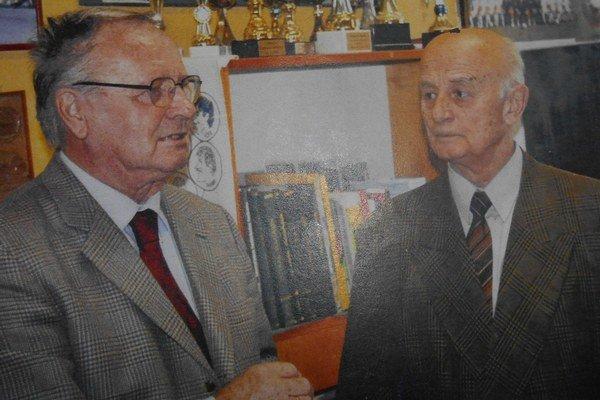 Jozef Tarcala  s docentom  Jozefom Veglošom (vpravo)Spolupracujú pri tvorbe odborných kníh o futbale 35 rokov.