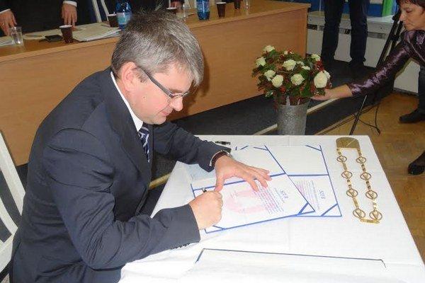 Ján Holodňák. Sľub zložil spolu s pätnástimi poslancami.
