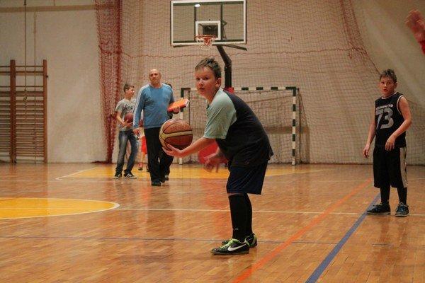 Najmladší na tréningu. Zoznamujú sa s basketbalom.