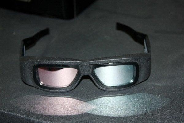 Pasívne 3D okuliare. Pre každé oko prepúšťajú vlastný signál.