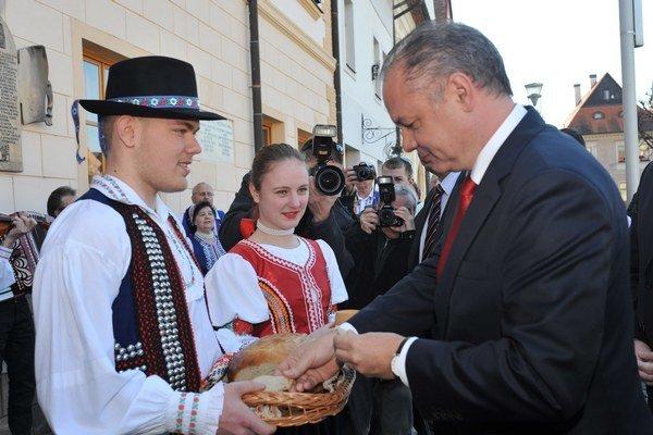 Prezident SR Andrej Kiska (vpravo) počas privítania chlebom a soľou pred Mestským úradom v Bardejove.