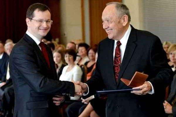 Art E. Breisky s ministrom Draxlerom. Medalilu prevzal v hoteli Bôrik v Bratislave 26. marca.