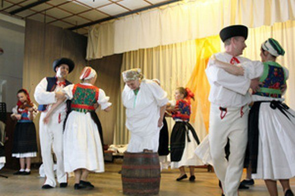 Folkloristi na pódiu nabíjali kapustu do suda.