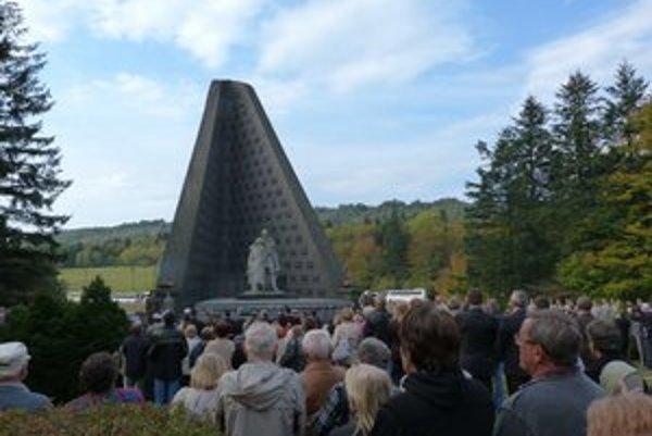 Pamätník Československého armádneho zboru počas osláv výročia Karpatsko-duklianskej operácie. Národnú kultúrnu pamiatku budú rekonštruovať.