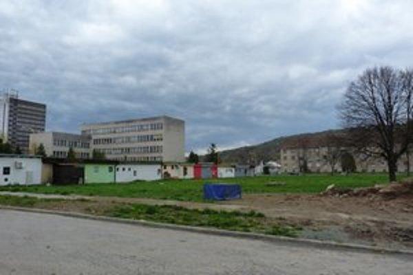 Pozemok v centre Svidníka. Vedenie mesta chce túto časť mesta odpredať ako samostatné pozemky. Po vypracovaní architektonickej štúdie zámer predložia mestským poslancom.