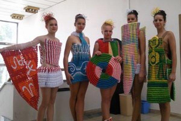 Študenti SPŠ vo Svidníku predviedli svoj talent v odevnom dizajne a módnej tvorbe. Ekologické modely z papiera vytvorili spoločne s poľskými študentmi.