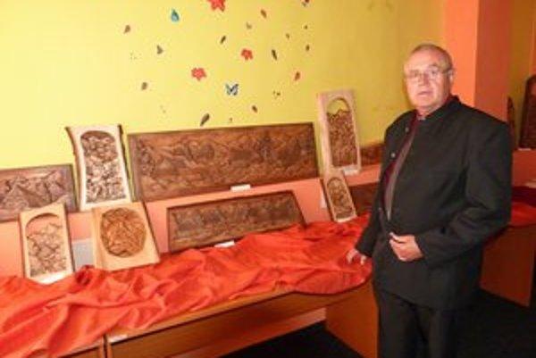 František Jenčo. Ľudový rezbár z Nižnej Pisanej vystavuje svoje drevené reliéfy a plastiky v Podduklianskej knižnici vo Svidníku.