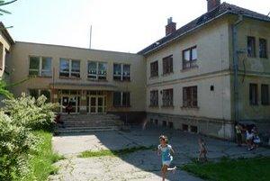 Základná škola v Mestisku. Obec ju aj spolu s materskou školou kvôli nízkemu počtu detí plánuje zrušiť.
