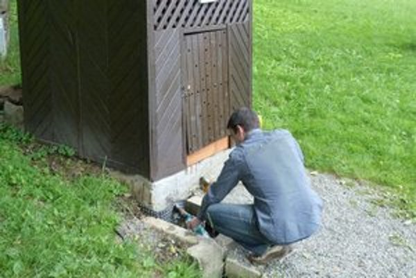 Prírodný prameň v Bukovciach. Jeho pramenitú vodu hygienici pre prekročenie limitov kvality neodporúčajú využívať na pitie.