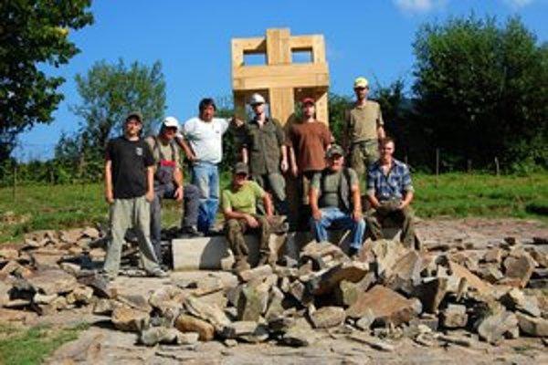 Vojnový cintorín v Becherove. Dobrovoľníci z Česka, Slovenska a Maďarska priestor obnovujú už druhý rok. Minulý víkend tu osadili centrálny pamätník obetiam vojny.