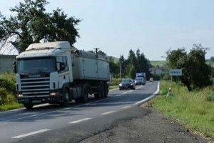 Nákladná doprava pod Duklou Úsekom cesty I. triedy od Giraltoviec po Vyšný Komárnik prejde dva a pol tisíca kamiónov denne.