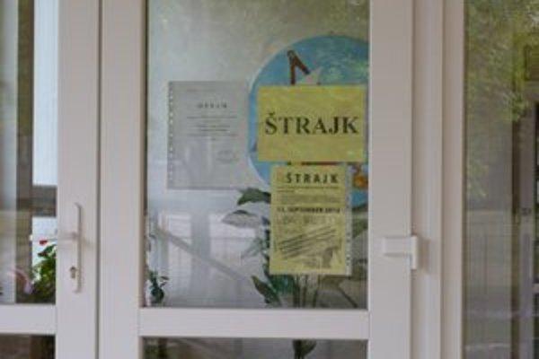 Oznam o štrajku. Na viacerých bardejovských školách sa počas celoslovenského štrajku zišli len štrajkové výbory. Zamestnanci škôl zostali doma.
