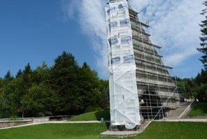 Pamätník československej armády. Národnú kultúrnu pamiatku chcú postupne obnoviť do pôvodného stavu z roku 1949. Múzejníci zvažujú výmenu terajšieho súsošia.