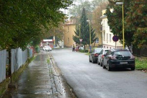 Parkovanie v okolí nemocnice. Na úzkej Jilemnického ulici má pribudnúť jednosmerka.