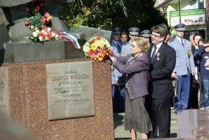 Pri soche Ludvíka Svobodu položila kyticu kvetov aj jeho dcéra Zoe Klusáková-Svobodová.