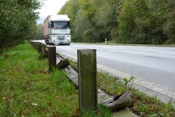 Zhrdzavené a popadané zvodidlá. Cez frekventovaný úsek na hraničný priechod Vyšný Komárnik prechádzajú tisícky kamiónov a osobných áut. Chýbajúce zvodidlá sú podľa odborníkov katastrofou.