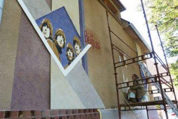 Nové grafiky v Uličke J. Lennona. Autorom podobizní členov The Beatles je akademický maliar Ivan Chapčák.