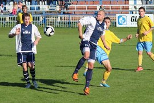 Presadil sa. Svojím gólom zavŕšil hladké víťazstvo Stropkova Demčo (vľavo).