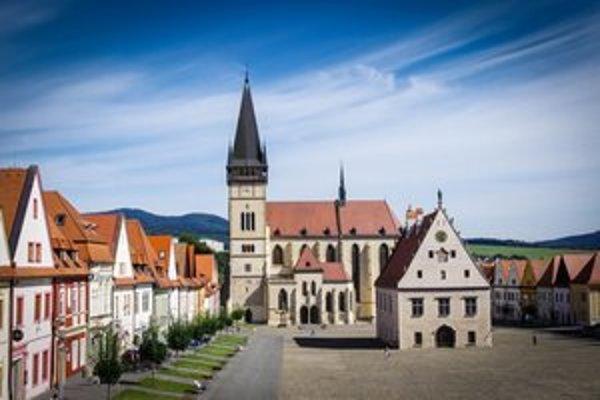 Radničné námestie. V historickom centre Bardejova návštevníkov pútajú dominanty Bazilika sv. Egídia a renesančno-gotická radnica.
