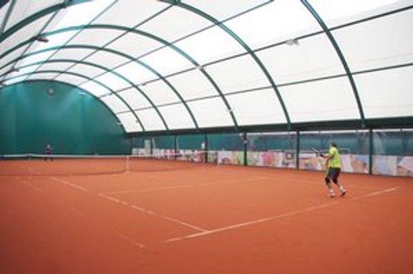 Nová tenisová hala za kolonádou v Bardejovských Kúpeľoch. K dispozícii majú halu s dvoma kurtmi s umelou antukou.