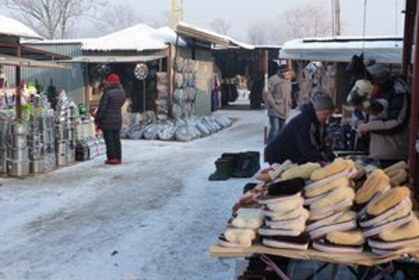 Tržnica v Krosne. Podľa poľských obchodníkov sú veľké nákupy Slovákov už pomaly minulosťou.