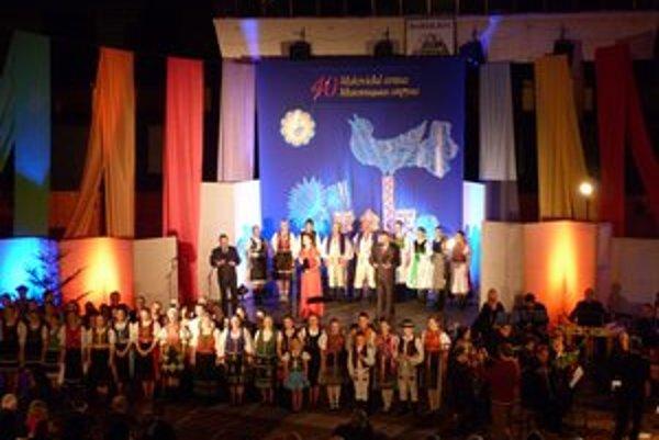 Makovická struna. Jubilejného 40. slávnostného koncertu sa zúčastnilo celkom päťdesiat laureátov súťaže spevákov ľudových piesní.