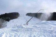 Nižná Polianka. Snežné delá miestne svahy zasnežujú už druhý týždeň. Vleky tu chcú spustiť ešte pred Vianocami.