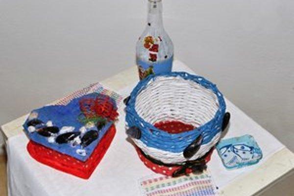 Výrobky klientov DSS. Výstava obsahuje maľované obrázky, výrobky z dreva, papiera, kartónu, drôtu a iných materiálov.