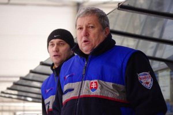 Tréneri dorastencov - Rybár (v popredí) a bývalý hráč Baranok predpokladali, že v 1. lige dorastu skončia v strede tabuľky.